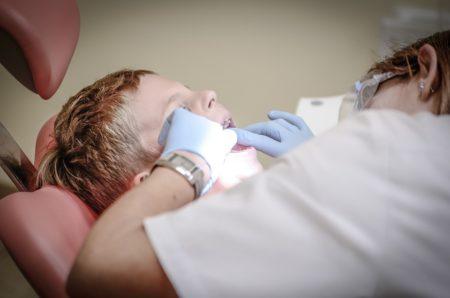 La première visite chez le dentiste pour bébé par le Dr Yann Guez