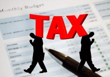 une taxe et un impôt