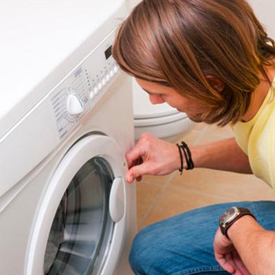 """alt="""" un installateur de machine à laver"""""""