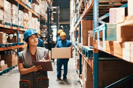 Employés travaillant dans une entreprise logistique en Seine-et-Marne